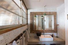洗面所のタオル掛けは、アンティークのハンガーラック。グリーンの照明の傘がキュート。