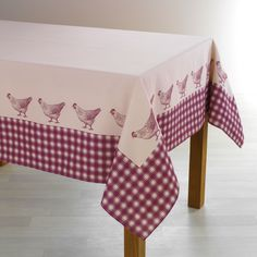 Belle qualité pour cette nappe décorée d'une frise vichy et de poules.