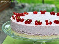 Yogurt cake with currants