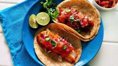 El pescado y los cítricos son una combinación clásica en México. ¿Quién se puede imaginar comer unos tacos de pescado sin un poco de jugo de limón? La toronja, o pomelo, es otro cítrico que va muy bien con el pescado, especialmente cuando se trata de una colorida salsa picante con cebolla morada, cilantro fresco, chile serrano y toronja. ¡Preparé estos tacos de tilapia horneada para una cena fresca y deliciosa!