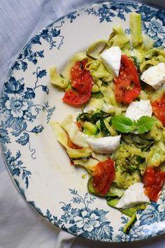 """750g vous propose la recette """"Tagliatelles de courgettes à l'italienne"""" publiée par Pourdebon."""