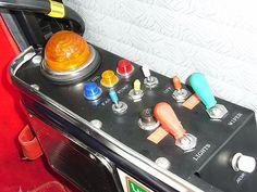 小さな赤いレバーがIGN エンジンスイッチ 小さな黄色いレバーはPUMP ガソリンポンプ 小さな青いレバーがFUN 電動ファン 黒いボタンは STARTボタン エンジンがかかると、オレンジ色の大きなランプが点灯します。 (通常ウィンカーランプに使われているランプです。) 大きな赤いレバーがLIGHT ライト 大きな緑のレバーがWIPER ワイパー このスイッチに使われているつまみの部分は、 カンパニオーロという 自転車メーカーのギアの変速スイッチで、 60年代70年代には、それをこうしてミニに使うのが流行ったんだとか。 白い丸いスイッチがHORN ホーンスイッチもここにあります。
