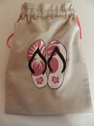 BOLSAS ZAPATOS - Buscar con Google Like this idea, would change the fabrics though... Diy Handbag, Diy Purse, Cinderella Shoes, Patchwork Bags, Denim Bag, Fabric Bags, Little Bag, Cotton Bag, Goodie Bags