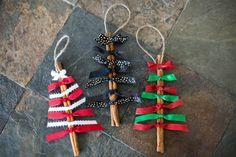 Rapide et facile à faire, ces bâton de cannelle ornements de Noël va ajouter un look chéri à votre arbre de Noël. Ils font aussi un grand attachement à un cadeau enveloppé. Oh et cadeaux voisins! Quel cadeau mignon pour donner à vos voisins!