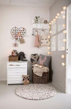 Zdjęcie: szaro-beżowo-biały pokój dziecięcy z dekoracyjnym oświetleniem z girlandy z nawełnianymi kulami