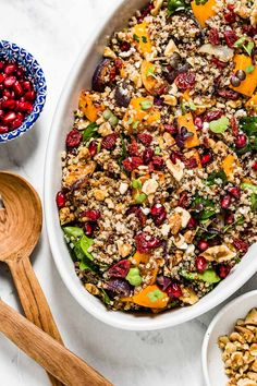 Roasted Butternut Squash Quinoa Salad with Cranberries and Spinach. Drizzled with balsamic vinaigrette this winter quinoa squash salad is the perfect side dish for your holiday table. Best Ground Turkey Meatloaf Recipe, Squash Salad, Quinoa Squash, Cranberry Quinoa Salad, Perfect Quinoa, Quinoa Salat, Healthy Salad Recipes, Eat Healthy, Vegetarian Recipes