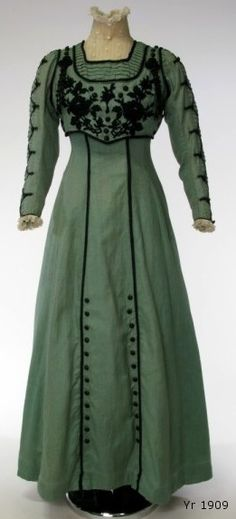 1909 dress via leschosesdelicates.blogspot.com.