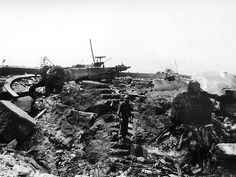 Pointe du Hoc. Vue des six cuves en béton, avec niche à munitions attenante pour abriter un canon de 155, détruite par les bombardements du 6 juin 1944. © US Army