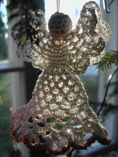Olin koko syksyn neulonut sukkia ja kaulahuiveja, joulun lähestyessä halusin tehdä jotain pientä ja kaunista ikkunakoristetta. Lankakorini k... Christmas Wreaths, Christmas Ornaments, Diy And Crafts, Knitting, Holiday Decor, Crochet, Diy Ideas, Tutorials, Holidays