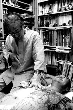 Horiyoshi III at work,Irezumi japonese Irezumi Tattoos, Yakuza Style Tattoo, Tebori Tattoo, Tribal Tattoos, Body Art Tattoos, Arabic Tattoos, Top Tattoos, Japanese Tattoo Artist, Japanese Dragon Tattoos