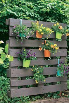 Palettensichtschutz bunt bepflanzt