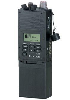 Aan de voorzijde van de chestrig is de AN/PRC 148 met headset, een MultiBand Intra Team Radio (MBITR) van Thales Communications, bevestigd. Dit is de radio die iedere man bij zich heeft en waarmee de groep onderling communiceert. Deze radio werkt met crypto volgens het hoogste NAVO niveau. Hij wordt alleen door de Special Forces gebruikt. Met een opvouwbare schotelantenne kan een satelietverbinding tot stand gebracht worden.