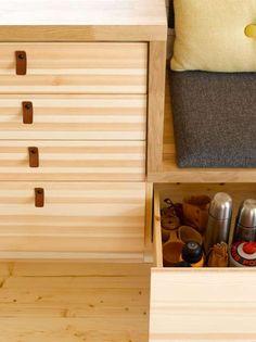 For å utnytte plassen best mulig, måtte arkitekten tenke smart. Seat Storage, Cabins In The Woods, Texture Design, Shoe Rack, Beach House, New Homes, Cabinet, Furniture, Home Decor