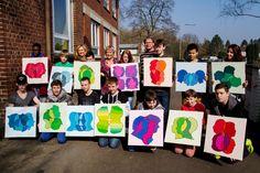 """Stolz präsentierten jetzt 14 Schülerinnen und Schüler der Peter-Ustinov-Schule die Ergebnisse des Gemeinschaftskunstprojektes """"Kopf an Kopf"""".      Gemeinsam mit der Künstlerin Christiane B. Bethke gestalteten sie in einem intensiven künstlerischen ..."""