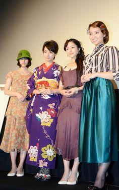 (左から)橋本愛、波瑠、石原さとみ、水崎綾女。昭和の各年代を彩ったレトロファッションに身を包んで登場した。