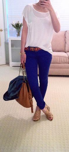 Jean azul real ajustado, camisa suelta blanca, sandalias de cuña y bolso camel