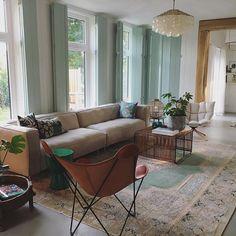 Our vintage rug fits perfect in this classic interior  Het vintage vloerkleed uit iran past mooi in dit klassiek interieur.