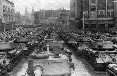 JS-2 tanques pesados en Moscú  rumbo a la Plaza Roja,desfile en honor de la victoria, 24/6/1945