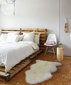 łóżko z palety w sypialni