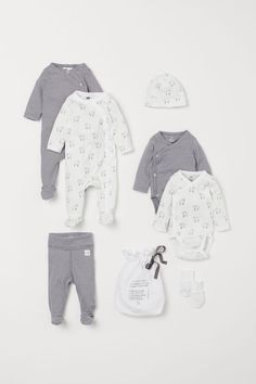 Set in soft organic cotton jersey. Two romper suits with off-centre press-studs down the front and along one leg, and full feet with elasticated heels. Bodies, Romper Suit, Disposable Diapers, Gender Neutral Baby, H&m Gifts, Coton Bio, Summer Baby, Long Sleeve Bodysuit, Fashion Company