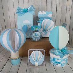 Personalizados liiiiiiiiiiiiiiindos tema Balão Azul pra comemorar o primeiro aniversário do Théo!Obrigada @mae.da.catarina.e.theo pela confiança de sempre!!! #abracadarte #Personalizados #Balao #FestaBalao #BalaoAzul #BalaoDeArQuente #FestaDeMenino #PrimeiroAninho #TheoFazUm #Aniversario #Bday #Festa #Party #Kids #Love #Cute #PersonalizadosLuxo #Papelaria #PapelariaPersonalizada #FestaTematica Balloon Birthday Themes, Balloon Decorations Party, Baby Shower Decorations, Baby Shower Themes Neutral, Baby Shower Fun, Baby Shower Balloons, Boys First Birthday Party Ideas, Birthday Parties, Baby Shower Giveaways