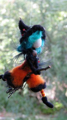 Halloween-Hexe mobil auf Besenstiel Nadel gefilzt von Made4uByMagic