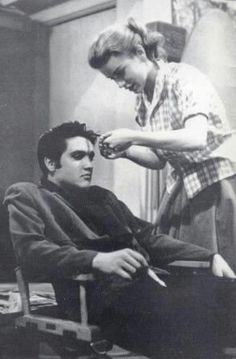 Delores Hart messing with Elvis' hair. She is now known as Mother Dolores of the Abbey of Regina Laudis Loving You Movie, Love You, Lund, Dolores Hart, Young Elvis, Elvis Presley Photos, 2 Movie, King Of Kings, Graceland