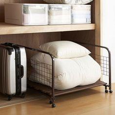 ただでさえスペースをとる布団。きちんとした押し入れを持っていても上手に使えていないことってありますよね。それに、押し入れのない住宅なら畳んで部屋の隅っこに寄せるだけってこともよくある光景です。そこで、ここでは布団を上手に収納する方法をお伝えします。押し入れがなくてもOKな収納方法もありますよ!