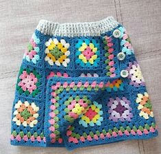 No photo description available. Granny Square Häkelanleitung, Granny Square Crochet Pattern, Crochet Flower Patterns, Crochet Squares, Baby Knitting Patterns, Crochet Stitches, Baby Girl Crochet, Crochet Baby Clothes, Crochet Coat