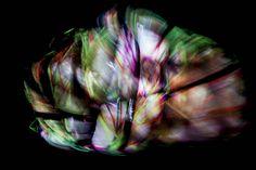 """Denkstein 1. Aus der Serie """"Abhängling"""" 2015 Rotierende Skulptur """"Feuerstein 1"""", Selbst-Portrait Mapping """"Pathfinder Mitochondrien"""" und Schwarzlicht Skulptur, Objekt, Video, Installation, Fotografie Markus Wintersberger 2015  """"Als Schlussstein oder Scheitelstein wird der Keilstein am höchsten Punkt (Scheitel) eines Bogens oder der abschließende Stein im Hauptknotenpunkt eines Rippengewölbes bezeichnet. Im Bogen ist der Schlussstein keilförmig, im Gewölbe dagegen rund, meist mit ..."""