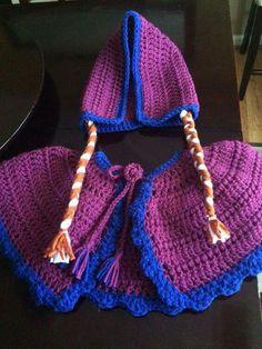 Conunto Elsa Crochet Cape, Crochet Bikini, Knit Crochet, Capes For Kids, Kids Hats, Crochet Clothes, Crochet Toys, Frozen Crochet, Crochet Costumes
