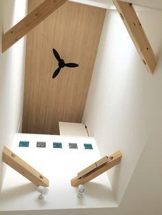 吹き抜け アクセントクロス 木目 ガラスブロック ウッド&白ベースのナチュラルなリビングを。