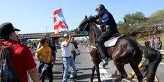 """@Noticel: """"En momentos en que se detuvo temporalmente el flujo vehicular hacia el Aeropuerto Internacional Luis Muñoz Marín (AILMM) en Carolina, la unidad montada de la Policía de Puerto Rico arremetió contra los manifestantes que marcharon en oposición a la privatización del Aeropuerto."""""""