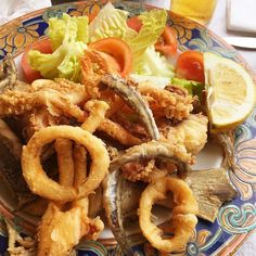 How delicious is this plate of fritura variada? It came accompanied by a  sea view  vista al mar  This is a great way to sample local  fried fish  pescado frito  #bolonia #eatlikealocal #frituraMaking language learning fun