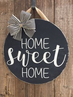 Home sweet home door hanger, rustic, farmhouse, hello wood sign Wooden Door Signs, Wooden Door Hangers, Diy Wood Signs, Welcome Signs Front Door, Front Porch Signs, Front Door Decor, Hello Wood, Wood Circles, Spring Sign