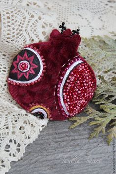 Christmas Gifts, Christmas Decorations, Christmas Ornaments, Brooches Handmade, Handmade Jewelry, Holiday Fun, Holiday Decor, Season Of The Witch, Felt Brooch