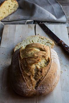 Pan de sémola de trigo duro, de textura tierna, densa pero con su toque y aroma particular. De color amarillo y sabor inconfundible.