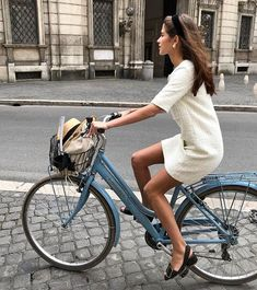7 Chic Ways To Dress Like a French Women. How to style your clothing to achieve the classic Parisian chic look 7 Chic Ways To Dress Like a French Women. How to style your clothing to achieve the classic Parisian chic look Dress Like A Parisian, Parisian Style, Parisian Chic Fashion, French Chic Fashion, Parisian Summer, French Summer, Summer Chic, French Women Fashion, Chic Fashion Style