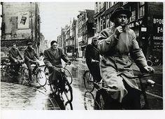Sint Antoniesbreestraat Amsterdam - Ed van der Elsken Robert Doisneau, Classic Photographers, Bike Photography, Amsterdam City, Free Yoga, Best Yoga, Vietnam War, Historical Photos, Black And White Photography