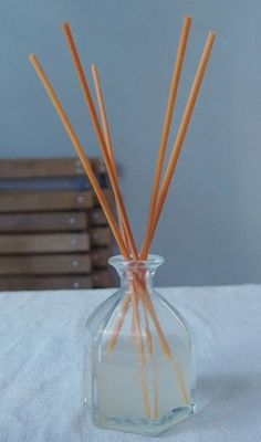 DIY: diffuseur huiles essentielles Homemade Reed Diffuser, Diffuser Diy, Essential Oil Diffuser, Essential Oils, Vanilla Essential Oil, Diy Pumpkin, Home Made Soap, Clean House, Diy Beauty