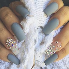 Rhinestones on one finger on both hands are discreet but very effective detail that enriches the whole manicure. Sometimes rhinestones on whole nails can look crowded, but on one nail may look very effective.