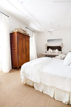 The sand colored patterned carpet makes for a pretty mix with the lighter colors in this bedroom - almost looks beach like! White Carpet, Patterned Carpet, Yellow Carpet, Bedroom Carpet, Living Room Carpet, Bedrooms With Carpet, Modern Bedrooms, Guest Bedrooms, Master Bedrooms