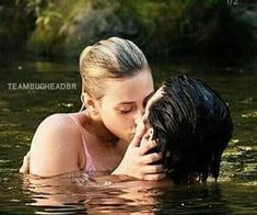Cole sprouse and lili reinhart / jughead and betty / riverdale bughead(spro Riverdale Netflix, Riverdale Funny, Bughead Riverdale, Riverdale Memes, Riverdale Tv Show, Camila Mendes Riverdale, Betty Cooper Riverdale, Riverdale Betty And Jughead, Zack Y Cody
