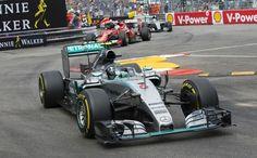 Nico Rosberg, à frente de Nico Rosberg e Lewis Hamilton no fim do GP de Mônaco
