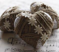 Piepschuim hartjes beplakken met kant, wol of fijn touw eromheen wikkelen en afwerken met kanten bloementjes.