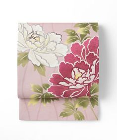 <WA・KKA>はきものでのお出かけをもっともっと楽しくしたい!そして一人でも多くのきものファンを増やしたい!という思いからうまれた京都発信のブランドです。おしゃれ心をくすぐる物語のある柄や色、和の要素を取り入れたモダンなデザインが特徴です。帯の表地は絹織物の産地石川県小松で丁寧に織り上げた絹100%の生地です。紬風のランダムな織り地紋が柄に立体感と光沢感を出しています。軽く、締めやすい帯になっています。