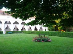 Immerso nel verde, all'ombra di alberi secolari, il giardino di Villa Foscarini Rossi vi regalerà attimi indimenticabili! #matrimonio #location #villevenete