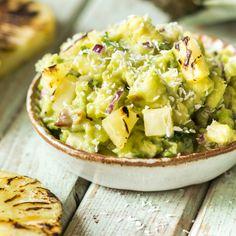 Lust auf Urlaub? Die Pina Colada Guacamole sorgt mit gegrillter Ananas und Kokosraspeln für echtes Karibik-Feeling.