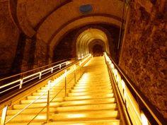 L'escalier d'honneur aux crayères de Veuve Clicquot passe aux couleurs LED Vineo®.