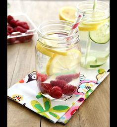 How to make infused water that is easy and refreshing. You'll love these homemade infused water recipes that include cucumber infused water, lemon infused water… Infused Water Recipes, Fruit Infused Water, Fruit Water, Lemon Water, Infused Waters, Water Water, Mint Water, Water Bottle, Healthy Detox